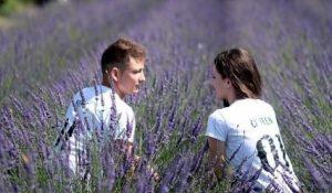 Ein Paar sitzt im Lavendelfeld